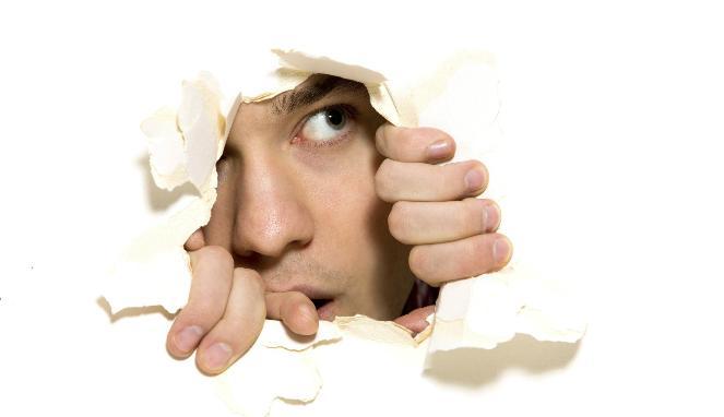 کم رویی چیست، کم رو کیست و مدیریت افراد کم رو چگونه است؟